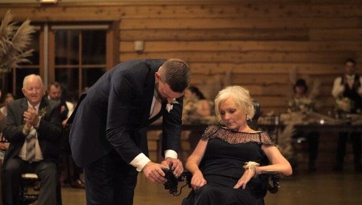 Scooter Hightower con su madre en silla de ruedas