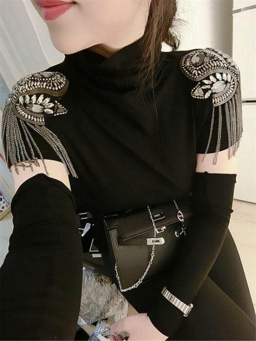 Chica con camisa corta en color negro llevando hombreras con pedrería y cadenas; Hombreras para decorar tus prendas