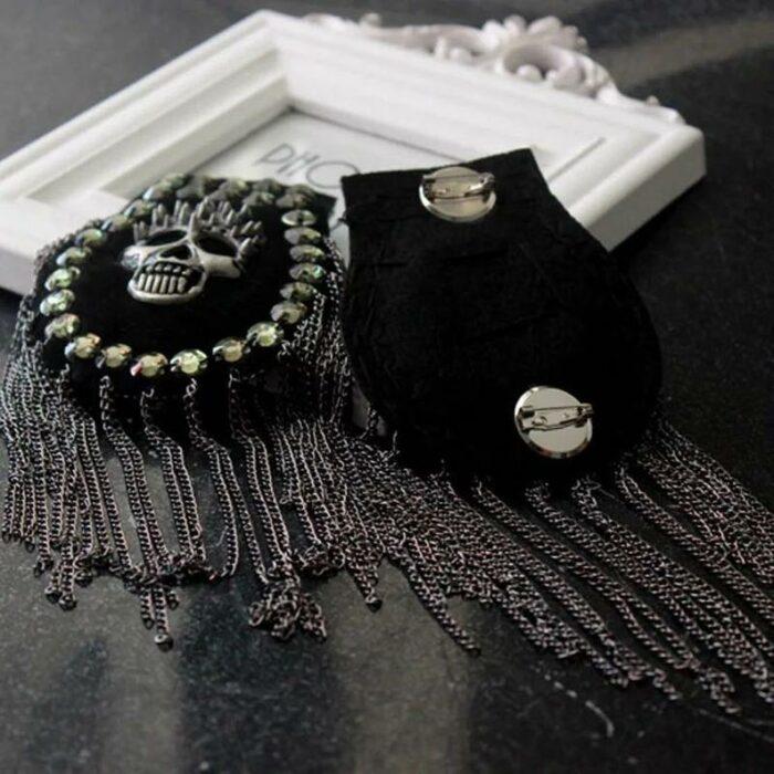 Hombreras elaboradas con tachuelas, cadenas y calaveras; Hombreras para decorar tus prendas