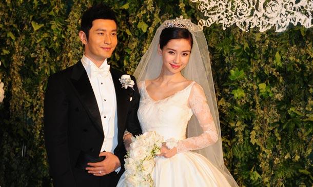 Pareja de esposos chinos en el altar