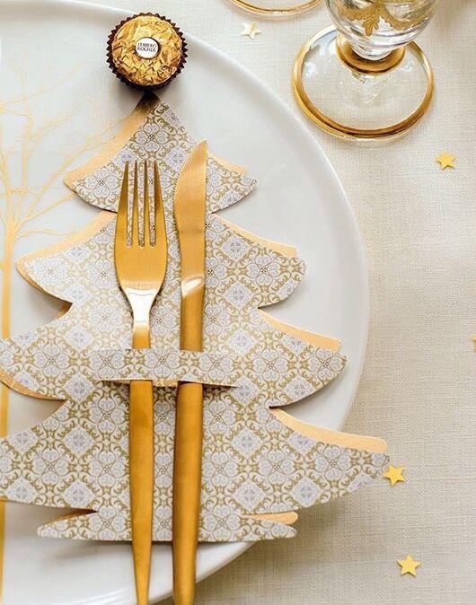 Cartilla para sostener los cubiertos en forma de pino dorado; Ideas para decorar la mesa en Navidad