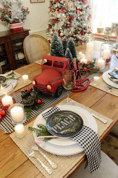 Centro d emesa navideño con camión en color rojo; Ideas para decorar la mesa en Navidad
