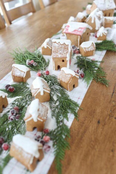 Camino con guía de casas de galletas de jengibre; Ideas para decorar la mesa en Navidad