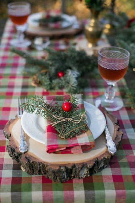 Cubiertos sostenidos sobre trozos de tronco; Ideas para decorar la mesa en Navidad