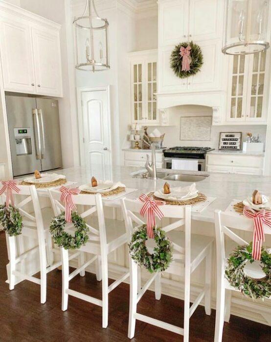 Sillas decoradas en el respaldo con coronas navideñas; Ideas para decorar la mesa en Navidad