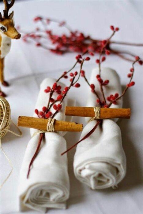 Servilletas amarradas con lazos y canela; Ideas para decorar la mesa en Navidad