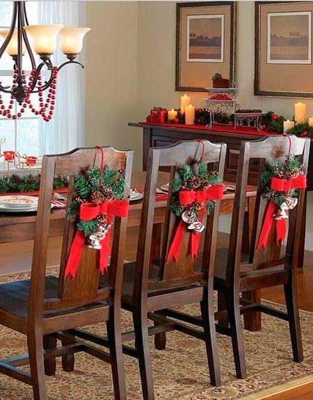 Cillas decoradas con moños rojos; Ideas para decorar la mesa en Navidad