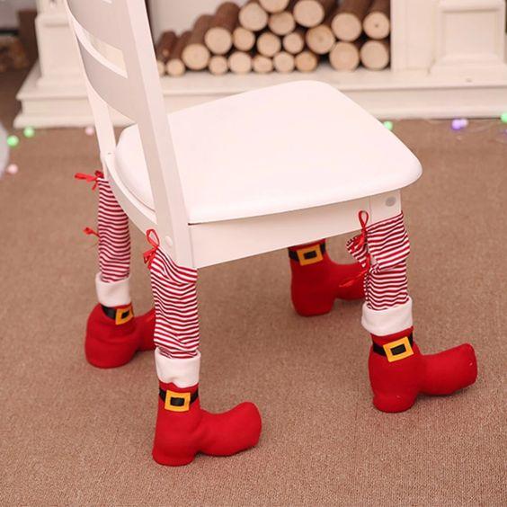 Silla decorada con botas de duendes en color rojo; Ideas para decorar la mesa en Navidad
