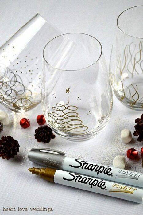 Vasos de vidrio decorados con pinos navideños en dorado; Ideas para decorar la mesa en Navidad