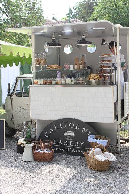 Cafetería al aire libre con colores blancos y grises