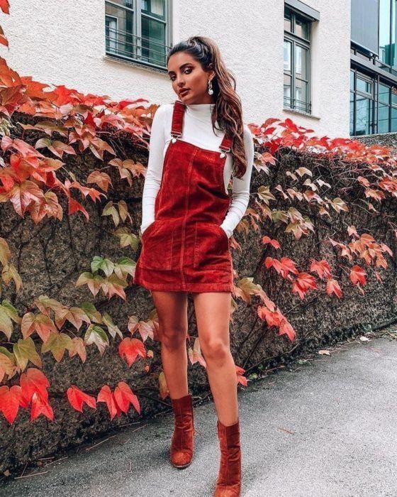 Chica con vestido rojo de tirantes y camisa de cuello alto blanco; Ideas para usar camisa de cuello alto