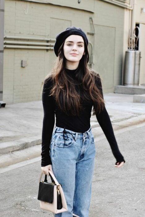 Chica con camisa de cuello alto en color negro con jeans de mezclilla; Ideas para usar camisa de cuello alto