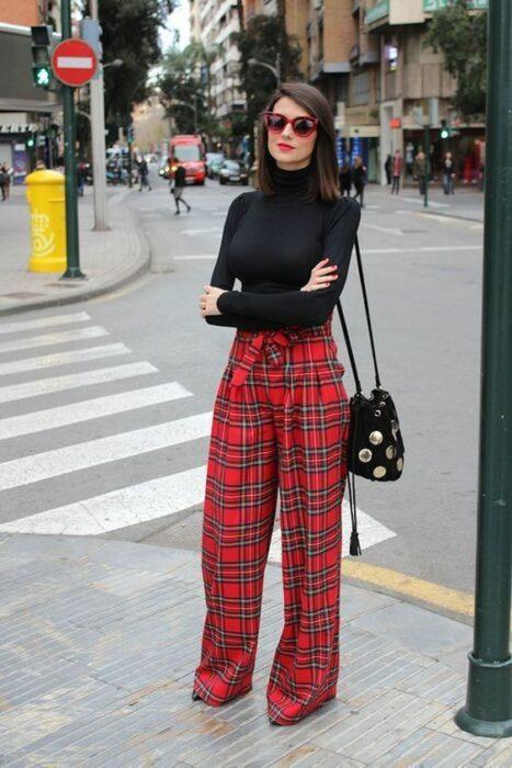 Chica con pantalones cuadrados y camisa de cuello alto negro; Ideas para usar camisa de cuello alto