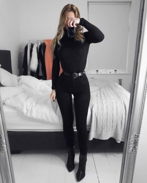 Girl with a total black outfit with a high neck shirt; Ideas for wearing a turtleneck shirt