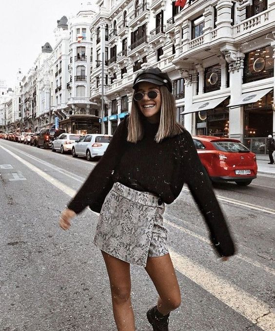 Girl with animal print skirt; ideas to wear a mini skirt with a sweater in autumn-winter
