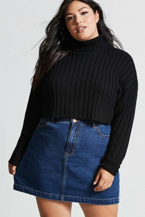 Girl in denim miniskirt with black sweater; ideas to wear a mini skirt with a sweater in autumn-winter