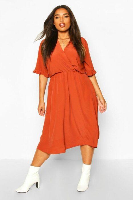 Chica llevando vestido en corte A en tono naranja; Ideas para usar color naranja en tu outfit