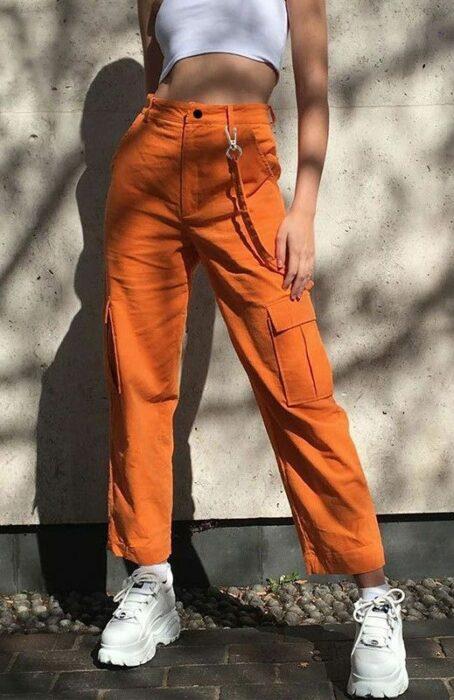 Chica usando pantalón abombado en color naranja; Ideas para usar color naranja en tu outfit