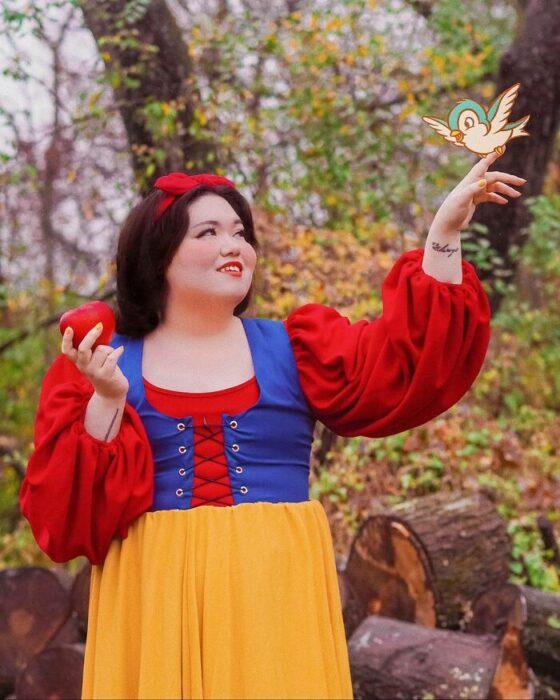 Chica disfrazada como Blancanieves; Natasha Polis, influencer, disfraza como personajes de Disney