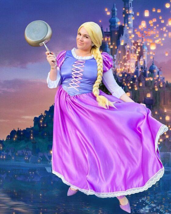 Chica disfrazada como Rapunzel; Natasha Polis, influencer, disfraza como personajes de Disney