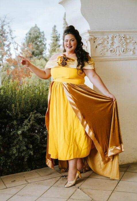 Chica disfrazada como Bella; Natasha Polis, influencer, disfraza como personajes de Disney