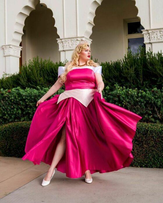 Chica disfrazada como Aurora; Natasha Polis, influencer, disfraza como personajes de Disney