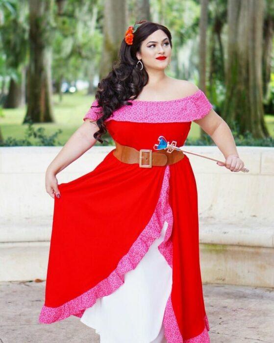 Chica disfrazada como Elena ; Natasha Polis, influencer, disfraza como personajes de Disney