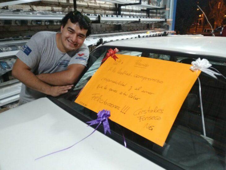 Hombre sonriendo junto a su automovil