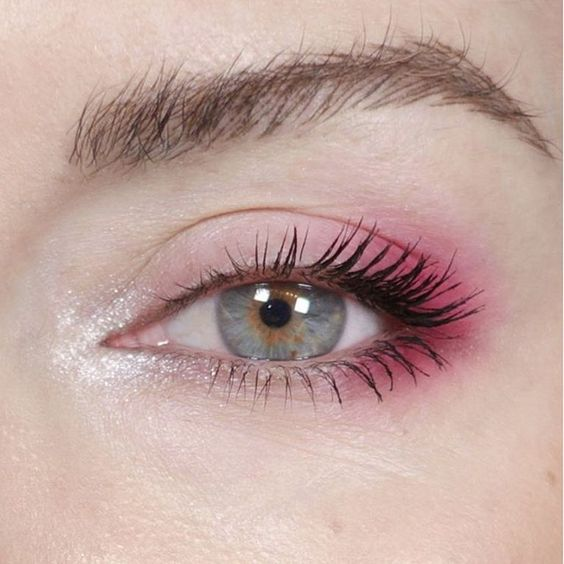 Maquillaje de ojos sencillo con sombra rosa claro en el párpado y rosa potente al final
