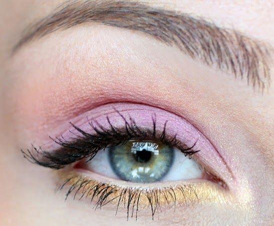 Maquillaje de ojos sencillo para ojos claros con sombra rosa en el párpado y dorada en la parte inferior