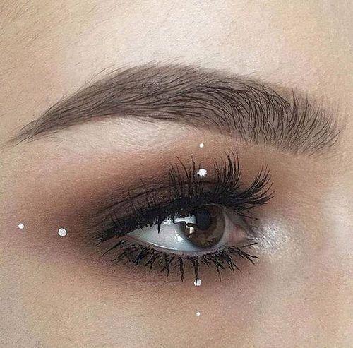 Maquillaje ahumado en color café con puntitos de delineador blanco