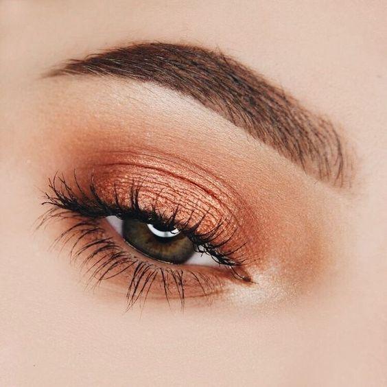 Maquillaje de ojos otoñales con sombra cobriza por todo el párpado