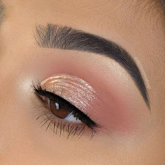 Soft pink eye makeup with a shiny and pearly touch in the middle of the eyelid with a thin black outline