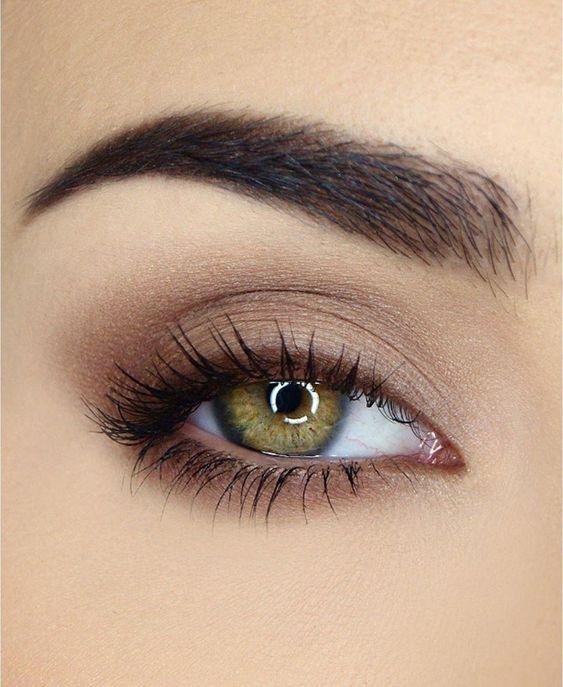 Maquillaje para ojos verdes en tono cafés muy claro con delineado café