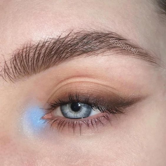 Simple makeup for light eyes with brown outlines made with shadow and baby blue touch in the tear duct