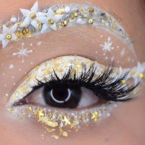 Chica con maquillaje de ojos en color blanco con dorado; Maquillajes lindos para celebrar Navidad