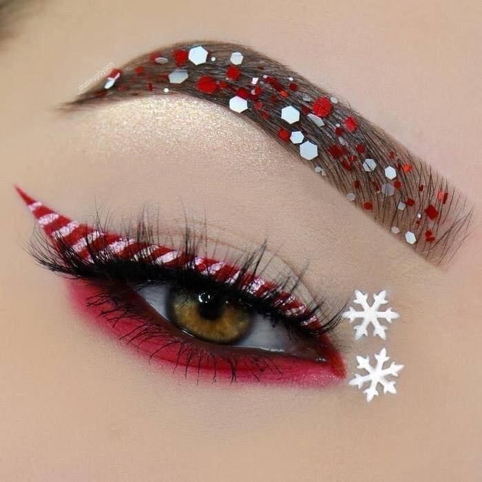 Chica con maquillaje de ojos inspirado en caramelos navideños; Maquillajes lindos para celebrar Navidad