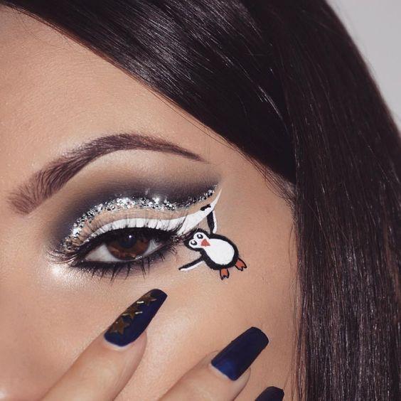 Maquillaje en colores oscuros con decorado de pinguino miniatura; Maquillajes lindos para celebrar Navidad