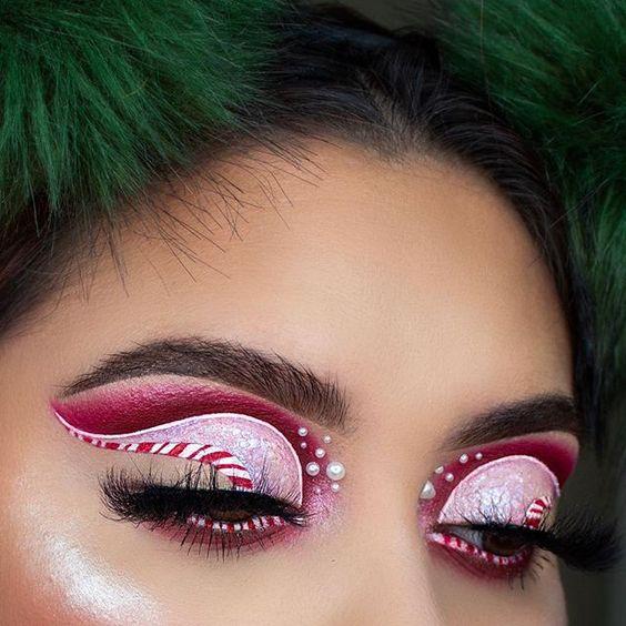Maquillaje para ojos en colores rojos y rosas con delineado de caramelo; Maquillajes lindos para celebrar Navidad