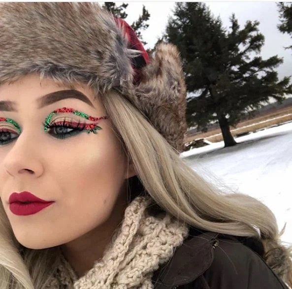Chica con delineado amplio en tonos verde y rojo; Maquillajes lindos para celebrar Navidad