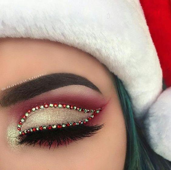 Chica con maquillaje de ojos en color dorado con delineado en verde y blanco; Maquillajes lindos para celebrar Navidad