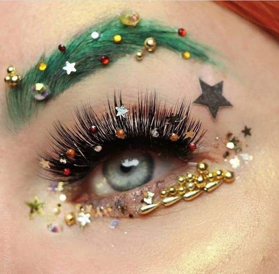 Chica con maquillaje navideño en color verde con detalle de pedrería; Maquillajes lindos para celebrar Navidad