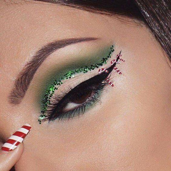 Chica con maquillaje inspirado en Navidad delineado en color verde y negro; Maquillajes lindos para celebrar Navidad