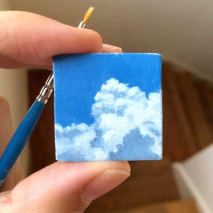 Minipintura en lienzo pequeño de cielo azul con nubes al óleo
