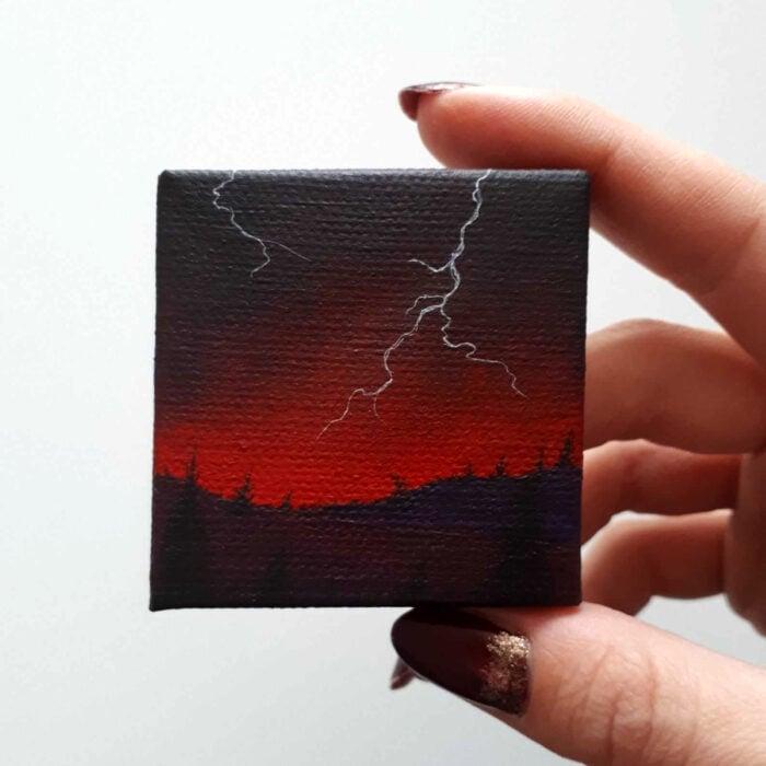 Minipintura en lienzo pequeño al óleo de paisaje rojo de tormenta con rayos