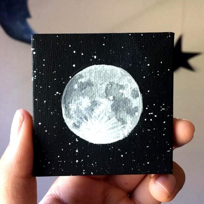 Minipintura en lienzo pequeño al óleo, Luna llena en el espacio negro con estrellas