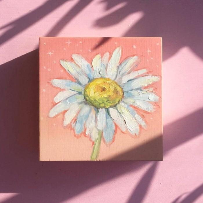 Minipintura en lienzo pequeño al óleo de flor margarita blanca sobre fondo rosa pastel