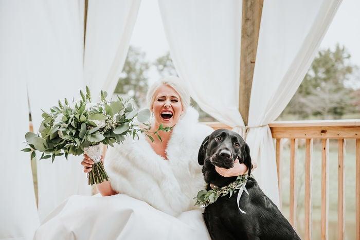 Chica posando junto a su perrito el día de su boda