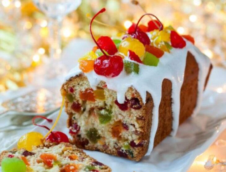 Panque de Navidad de frutos secos con glaseado y cerezas