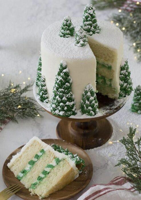 Pastel de Navidad de pastel de vainilla con limón y decorado con pinos nevados